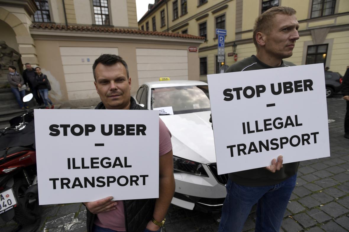 Taxikáři protestují proti službám typu Uber