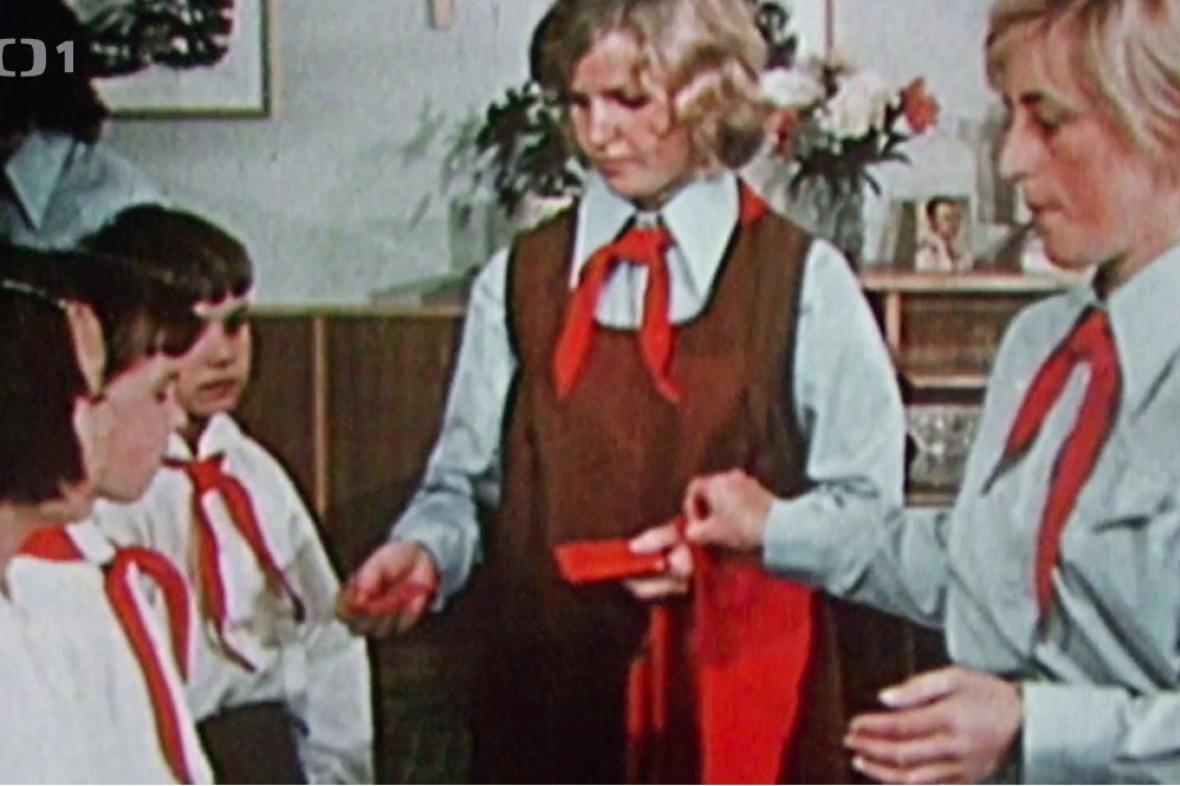 Pionýři na archivním snímku z dokumentu Škola normálního života