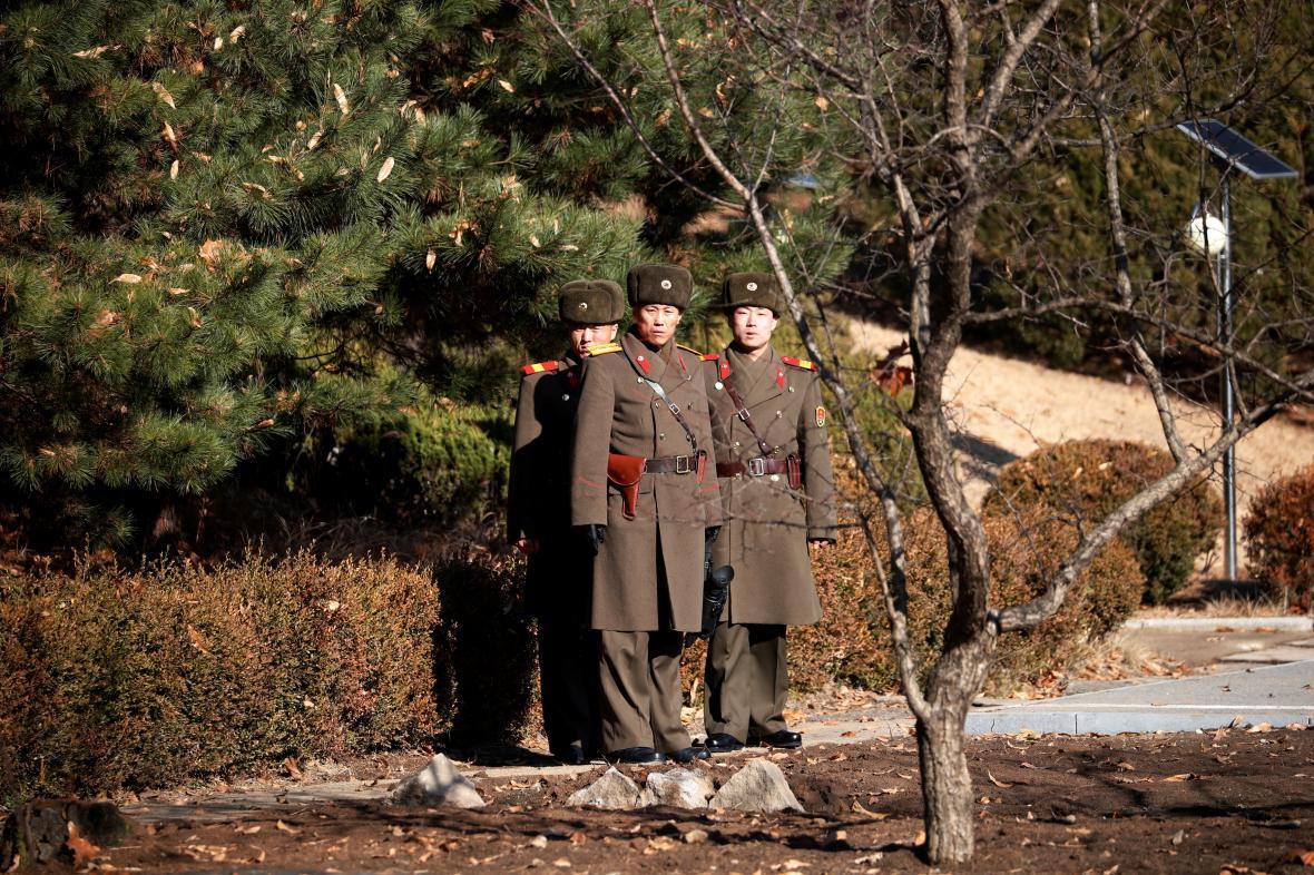 Severokorejští vojáci u místa, odkud uprchl dezertér