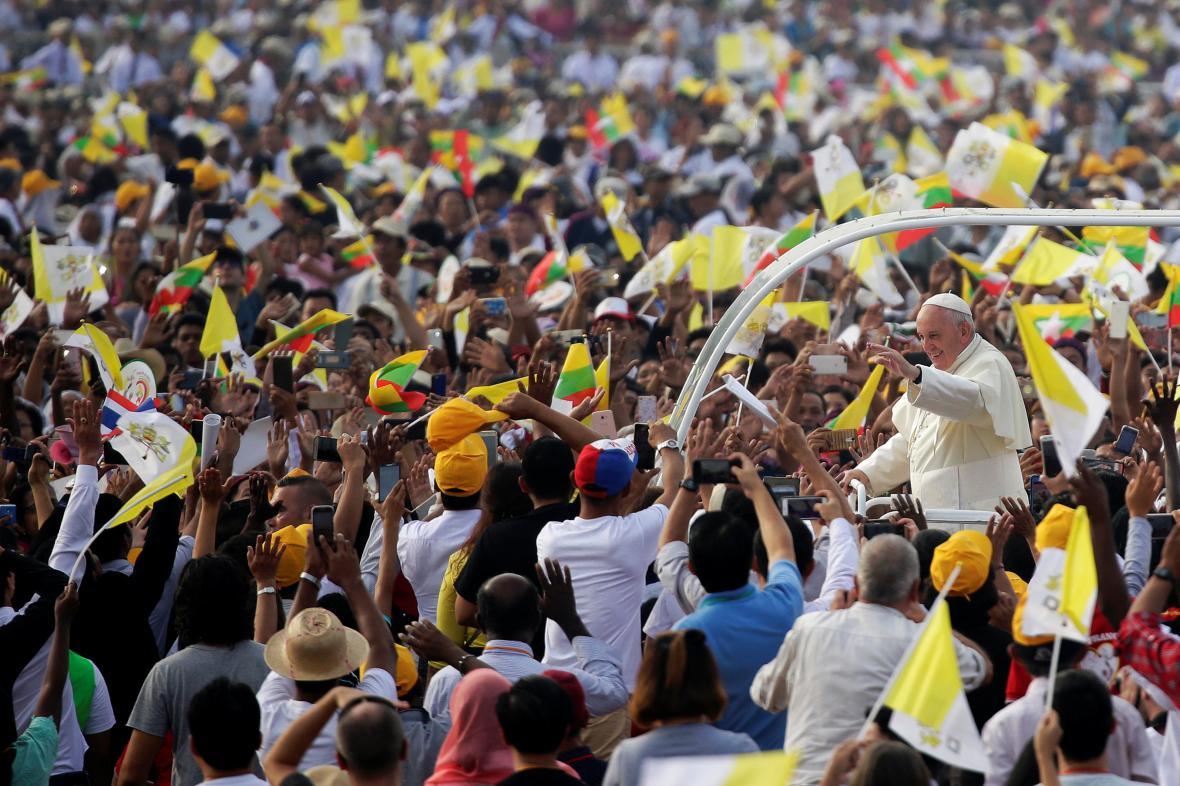 Papeže před mší v Myanmaru vítaly davy