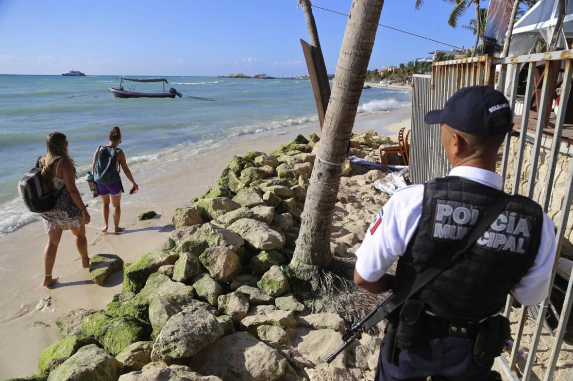 Mexická policie hlídkuje na pláži