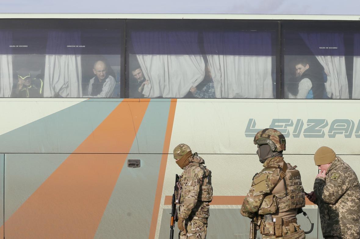Vojáci střeží zajatce před jejich výměnou