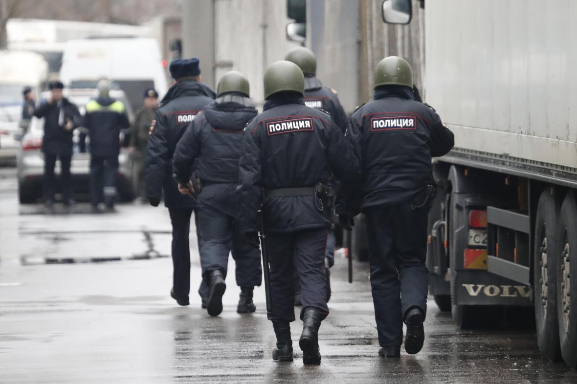 Ruská policie zasahuje u továrny Meňševik