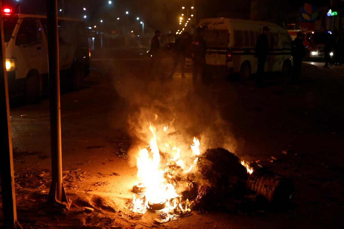 Demonstranti během protestů v Tunisku zapálili pneumatiky