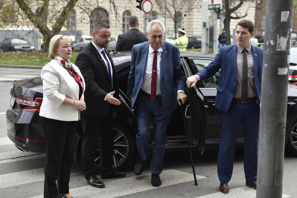 Miloš Zeman s ochrankou