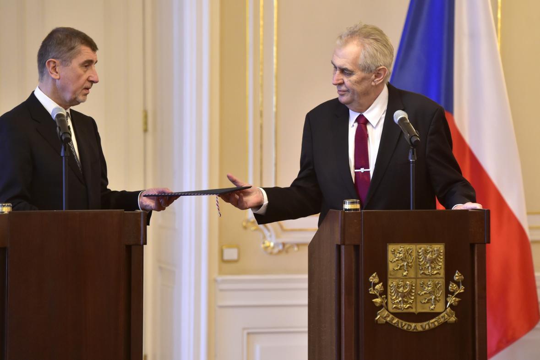 Prezident Miloš Zeman přijal demisi premiéra Andreje Babiše (ANO), obratem ho znovu pověřil jednáním o nové vládě