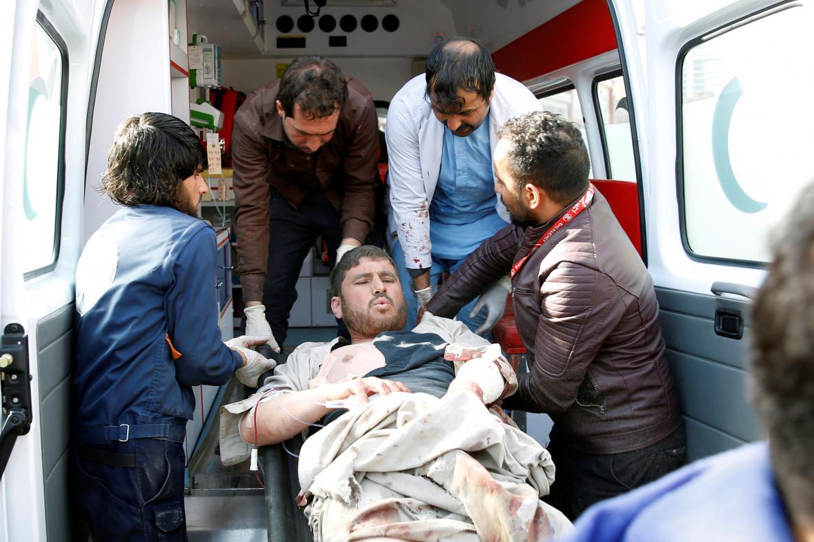 Zraněné odváží z místa útoku sanitka