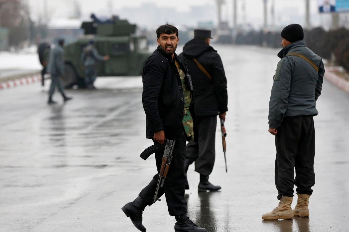 Afghánští policisté poblíž místa útoku