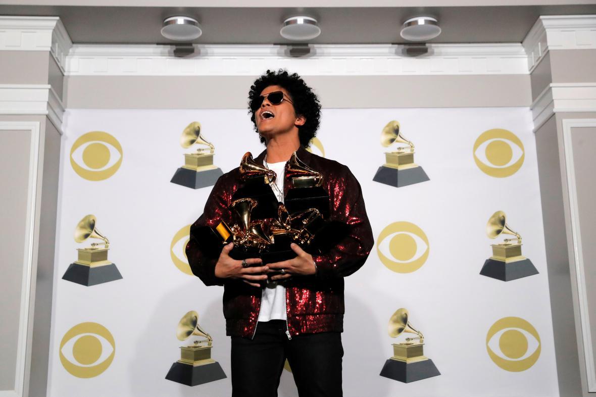 Bruno Marsa třímá své gramofony