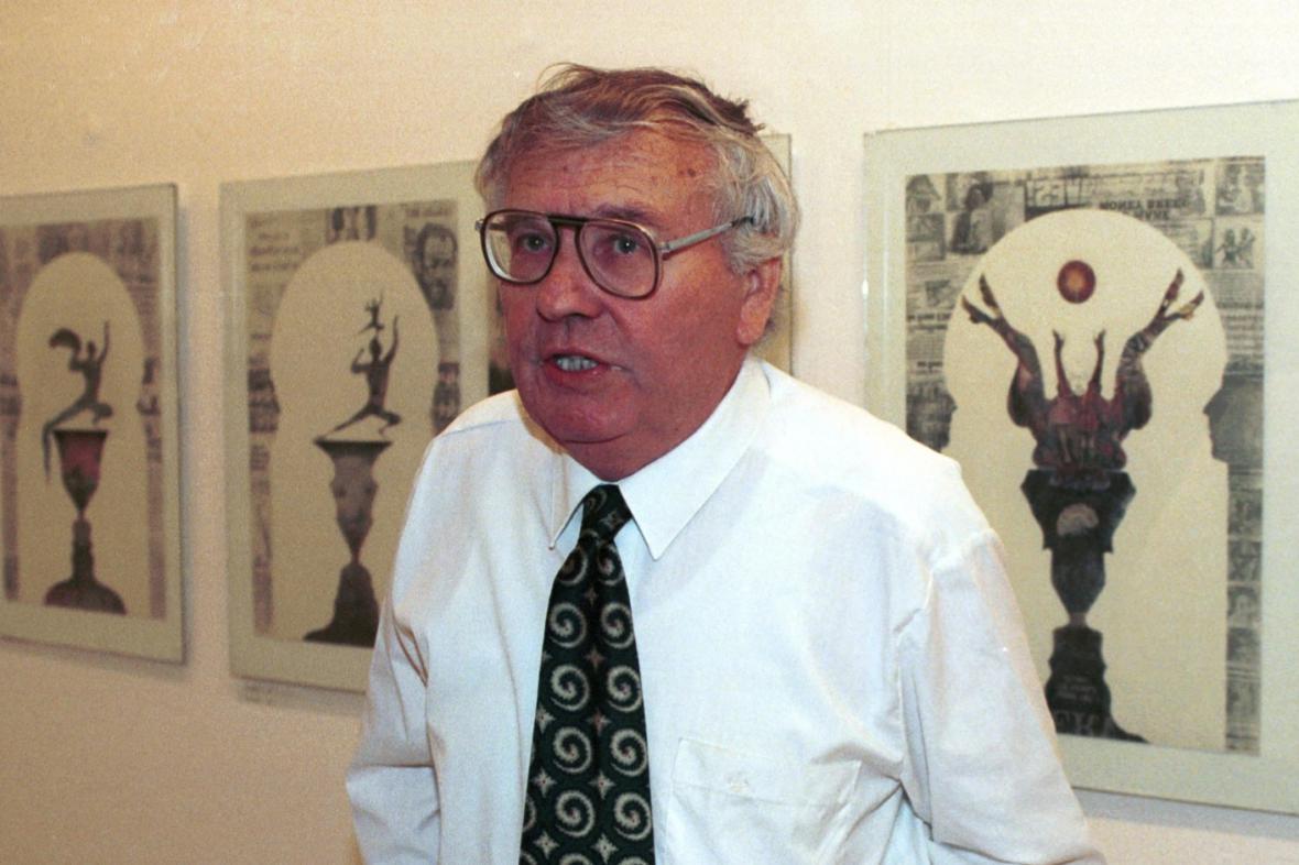 Ladislav Novák u svých děl, 1992