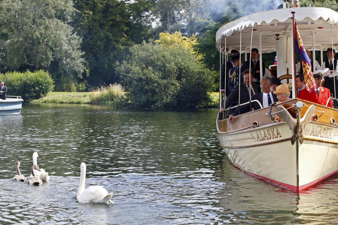 Královna Alžběta II. sleduje labutě po vypuštění na řeku nedaleko Windsoru (2009)