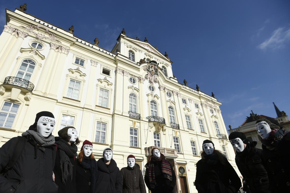 Happening křesťanských aktivistů před Arcibiskupským palácem