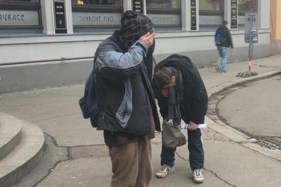 Napadení bezdomovci před budovou sjezdu ČSSD