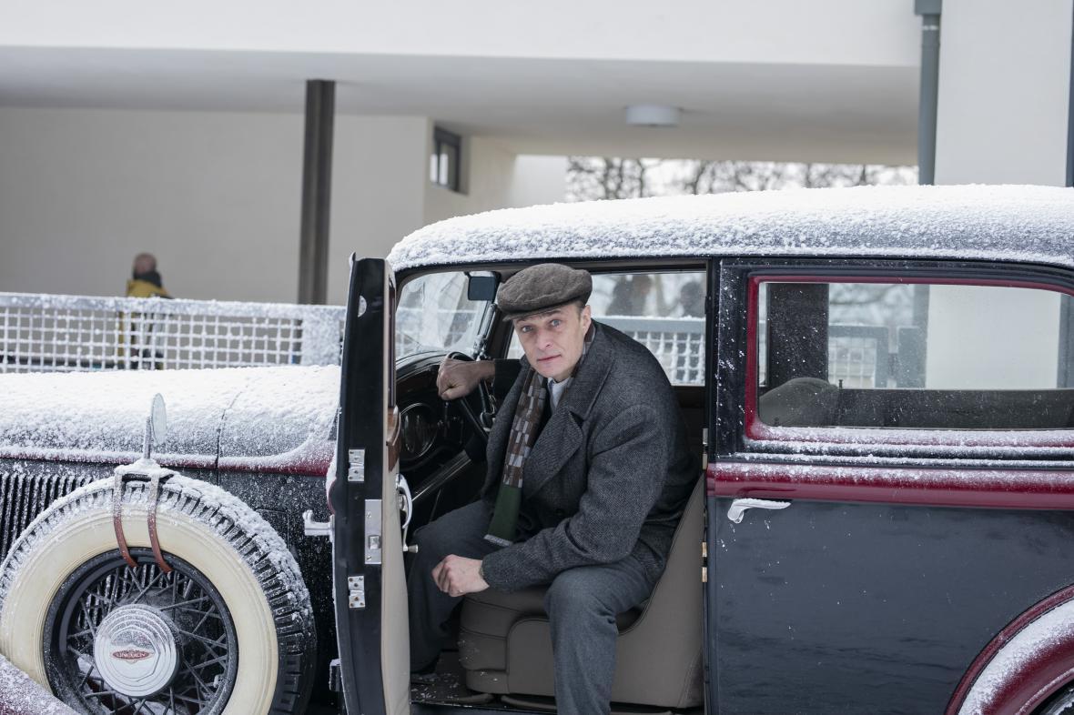 Karel Dobrý při natáčení filmu Skleněný pokoj