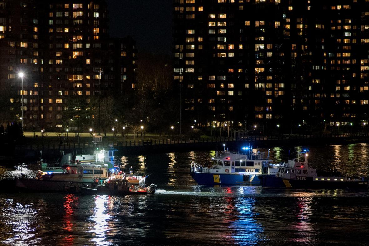Záchranná operace na East River v New Yorku