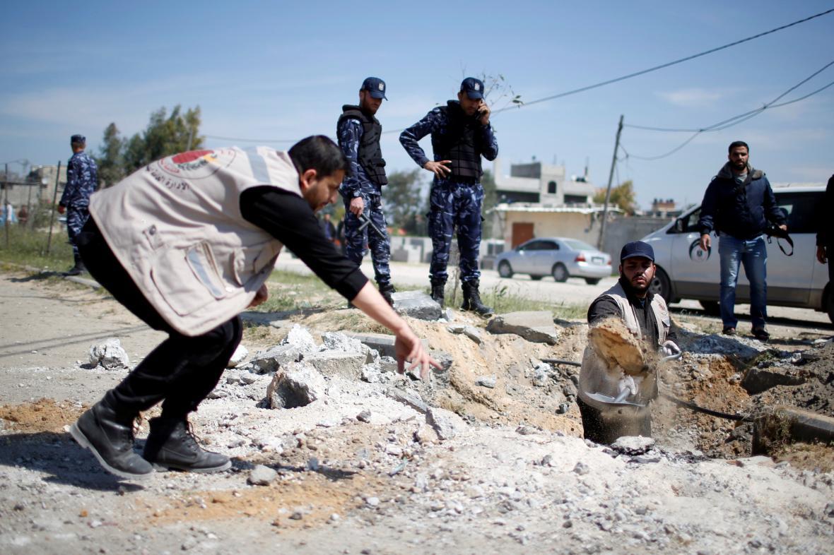 Palestinci prohlížejí místo útoku