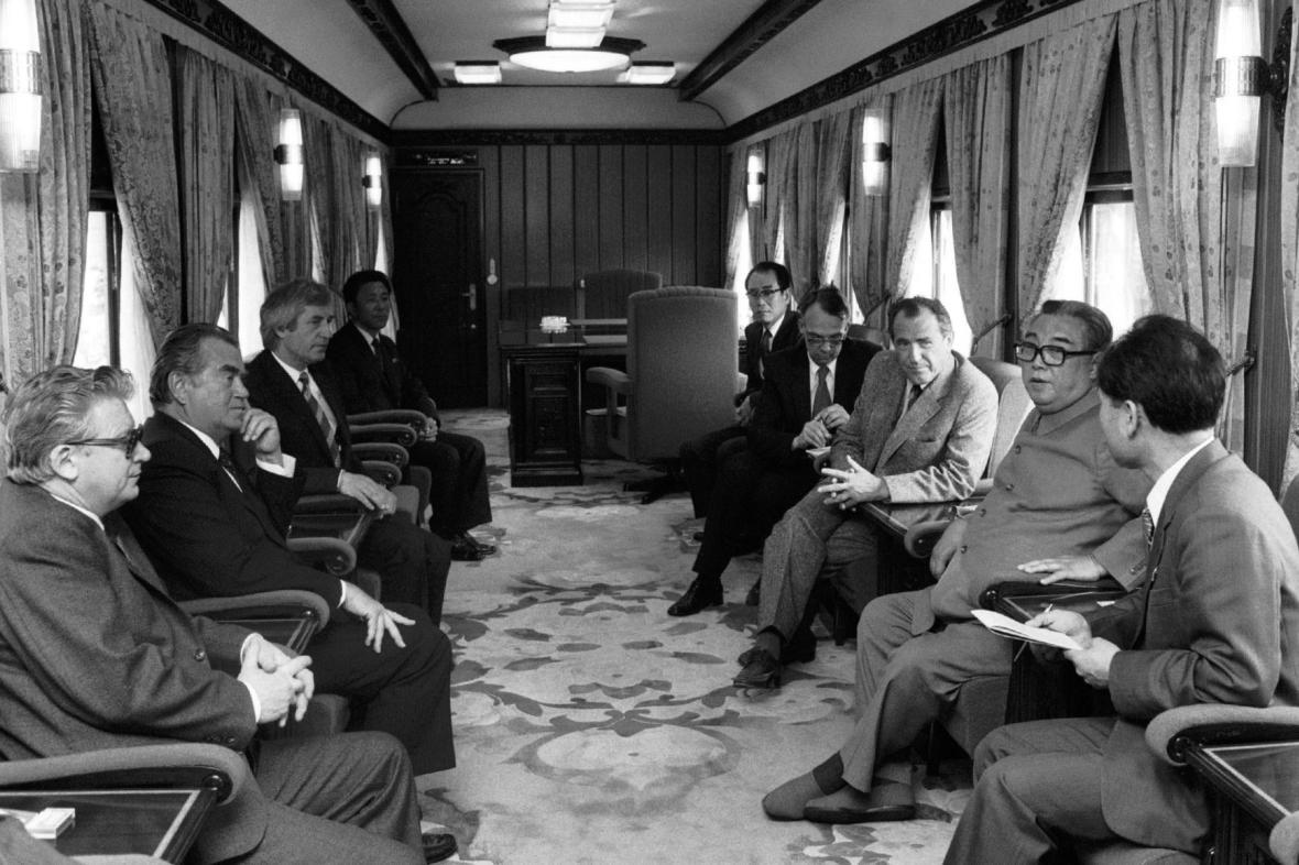 Záběr z vlaku, kterým 4. června 1984 cestovala korejská delegace vedená prezidentem KLDR Kim Ir-senem. Vlevo od Kim Ir-sena Vasil Biľak, naproti ministr zahraničních věcí Bohuslav Chňoupek