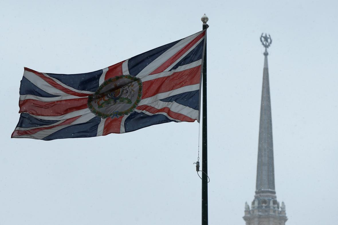 Britská vlajka u britské ambasády v Moskvě