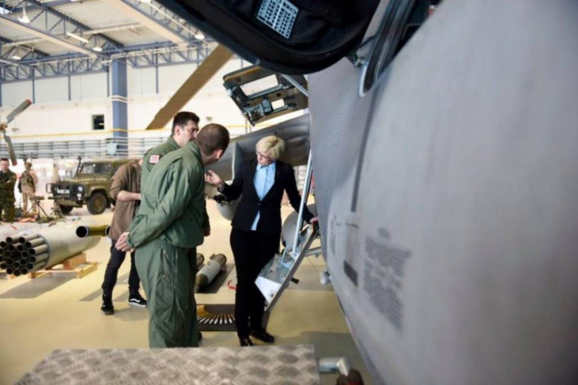 Ministryně se v Náměšti zajímala o detaily provozu vrtulníků