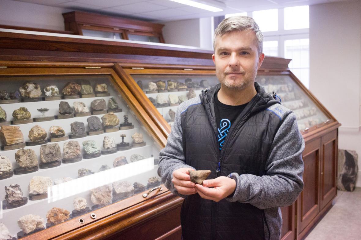 Geolog Petr Gadas drží v rukou fragment sošky keramické venuše starý zhruba 6500 let, který našli v Brně-Tuřanech geologové z Masarykovy univerzity