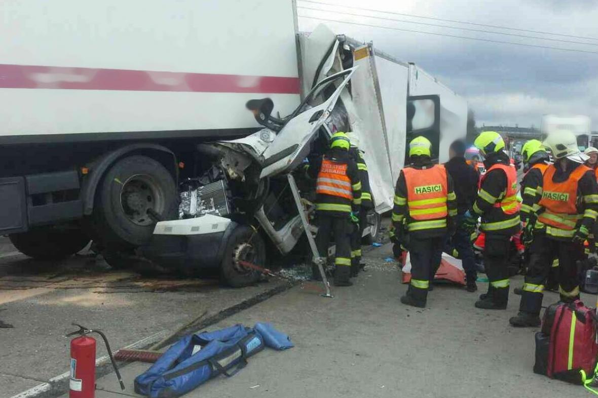 Hromadná nehoda pěti vozů uzavřela dálnici D1