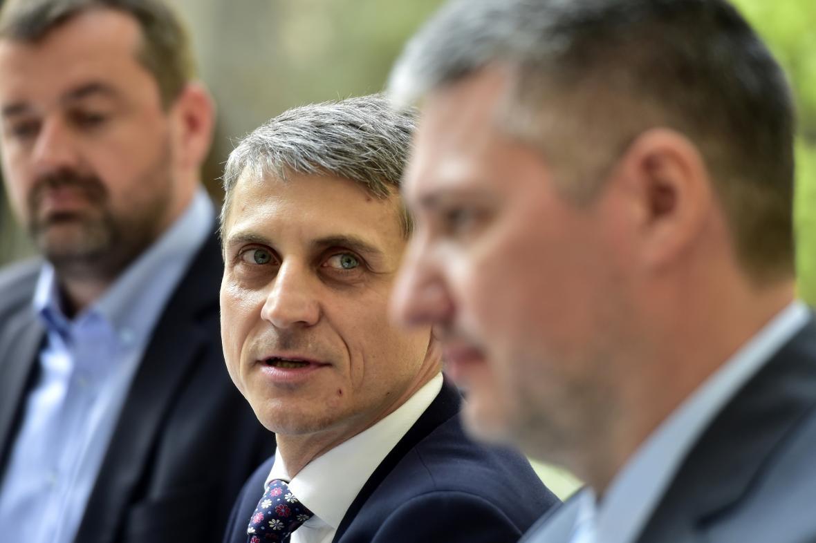 Jednatel CzechToll Robert Ševela (uprostřed) a generální ředitel SkyToll Matej Okáli (vpravo)