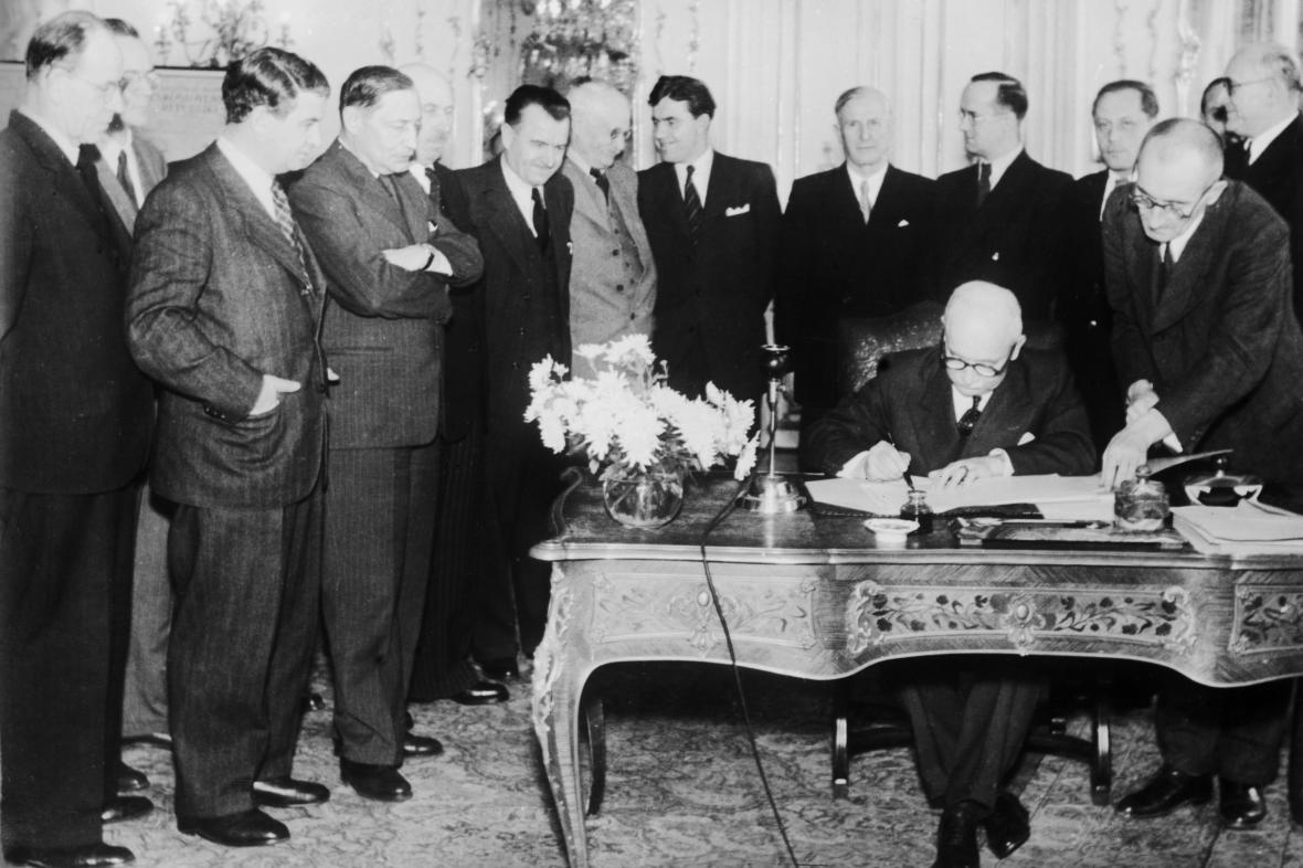 Edvard Beneš podepisuje 24. října 1945 dekrety o znárodnění