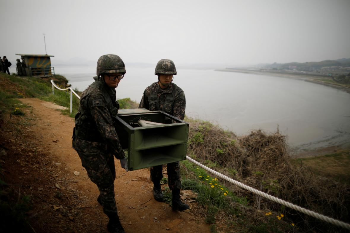 Jihokorejci rozebírají tlampače na hranici