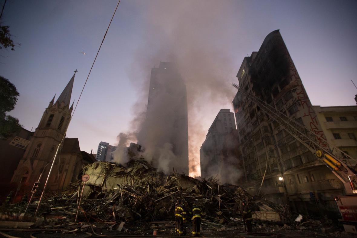 Doutnající trosky brazilského mrakodrapu v Sao Paulu