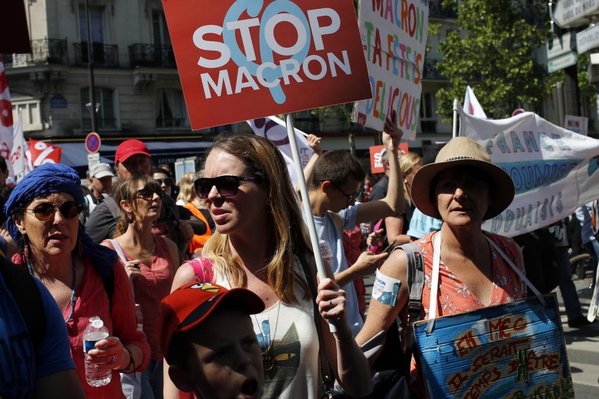 Demonstrantky proti politice Emanuela Macrona