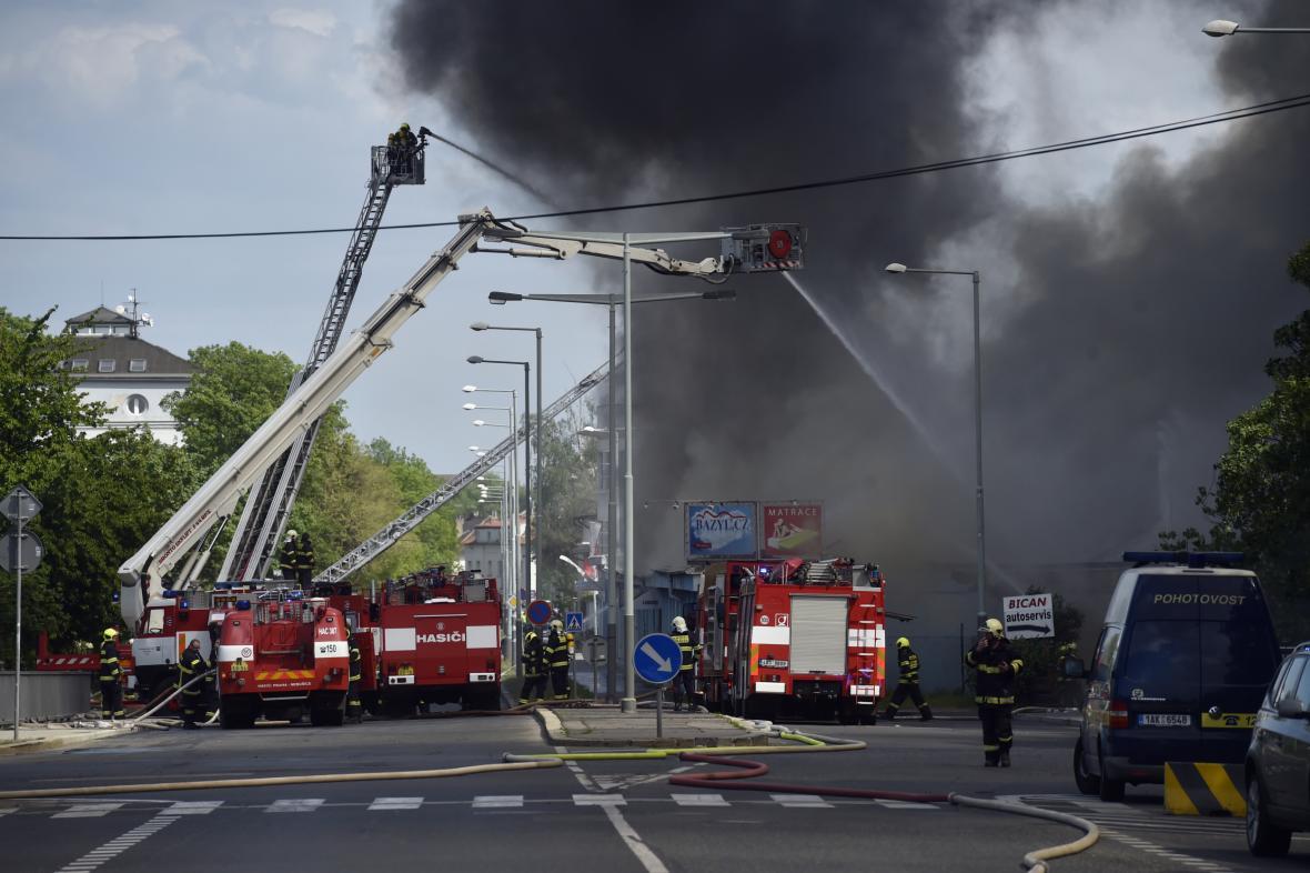 Zásah hasičů při požáru skladu v pražské Hostivaři