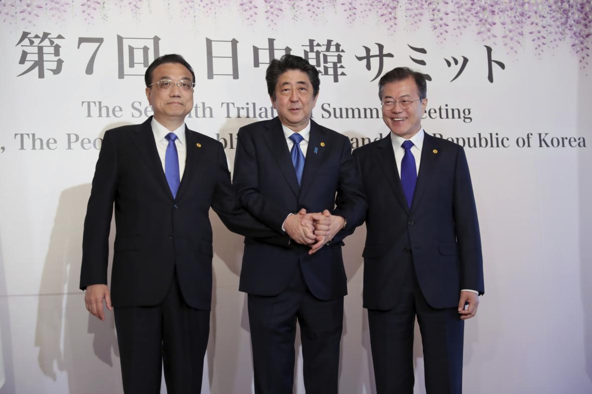 Čínský premiér Li Kche-čchiang, japonský premiér Šinzó Abe a jihokorejský prezident Mun Če-in na summitu v Tokiu