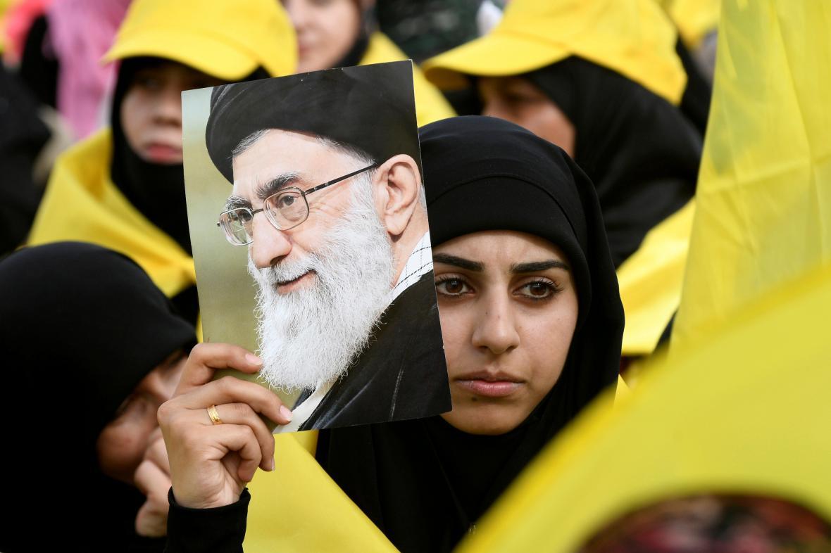 Mladá Íránka s fotografií Chameneího