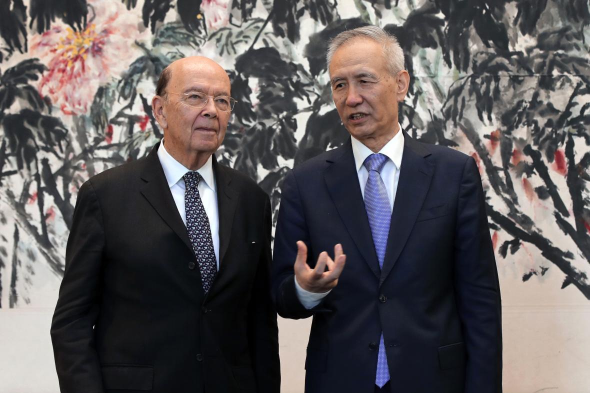 Čínský vicepremiér Liou Che (vpravo) a americký ministr obchodu Wilbur Ross po jednání v Pekingu