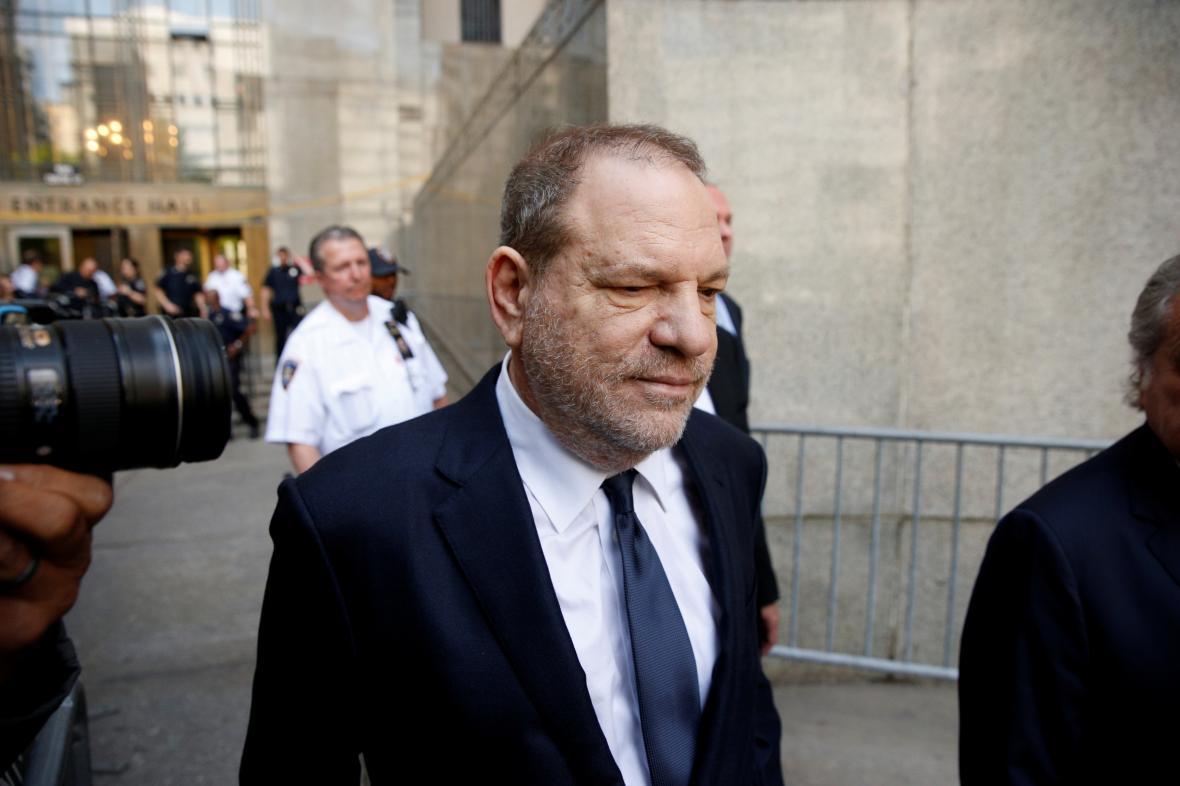 Henry Weinstein odchází od soudu v Manhattanu