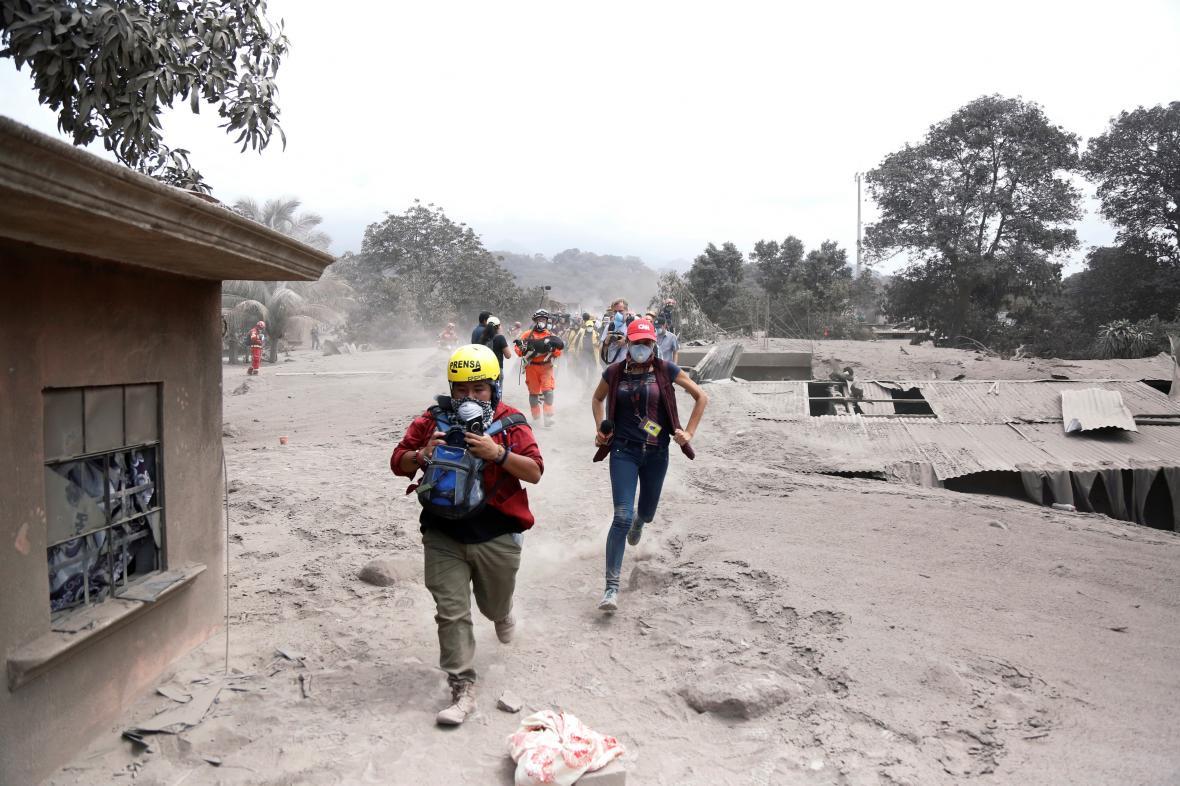 Novináři utíkají před novou erupcí sopky v Guatemale