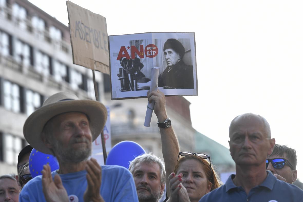 Demonstrace proti Babišově menšinové vládě