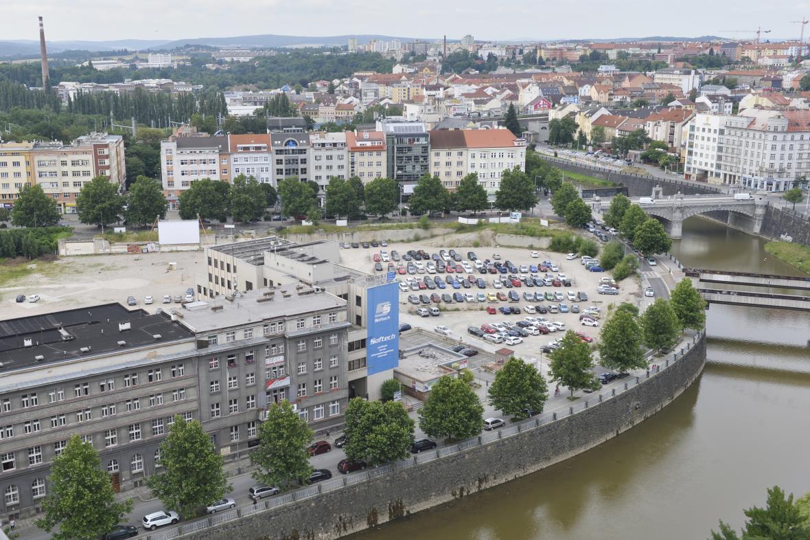 Místo v Plzni, kde stál dům kultury. Nyní tam chce developer postavit novou čtvrť