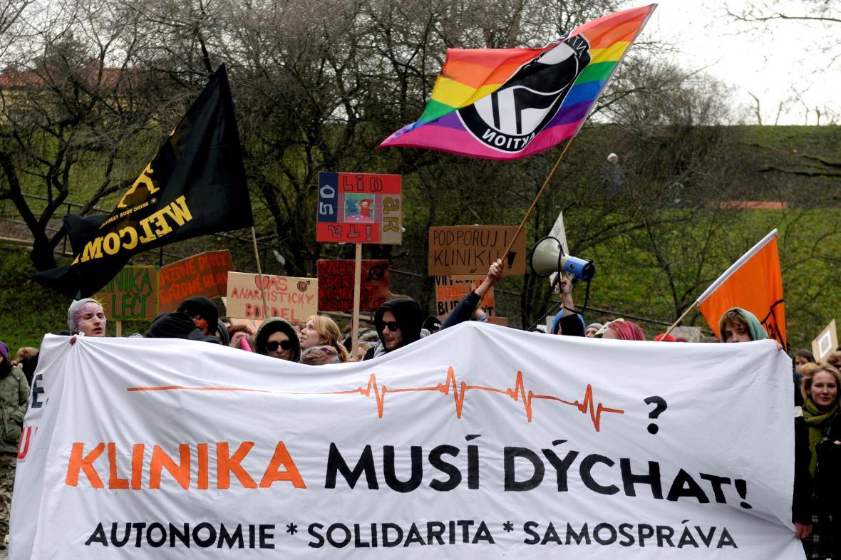 Demonstrace na podporu centra Klinika