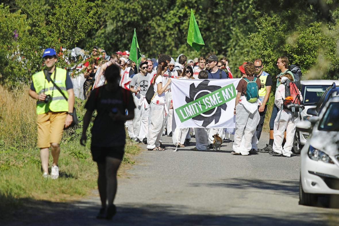 Pochod proti těžbě uhlí k lomu Bílina na Mostecku