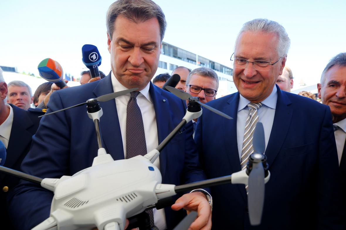 Bavorský premiér Markus Söder a bavorský ministr vnitra Joachim Hermann si prohlížejí dron pohraniční policie