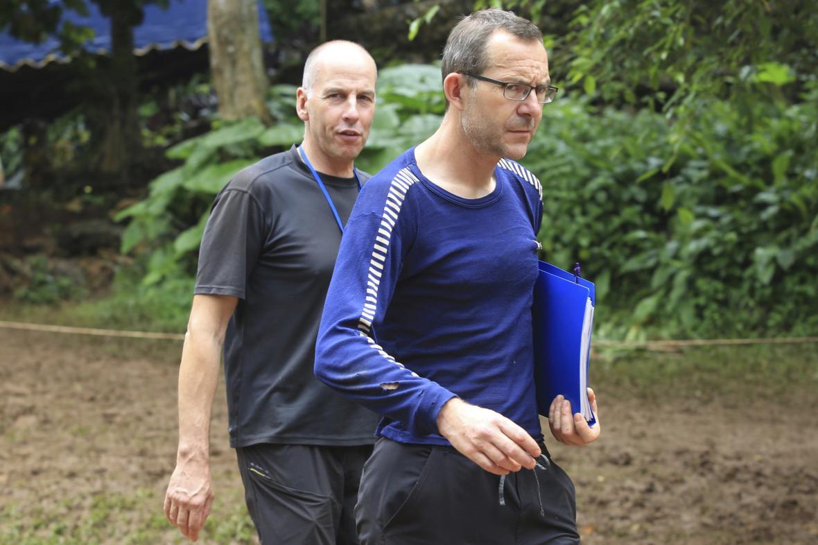Profesionální britští potápěči Richard Stanton a John Volanthen