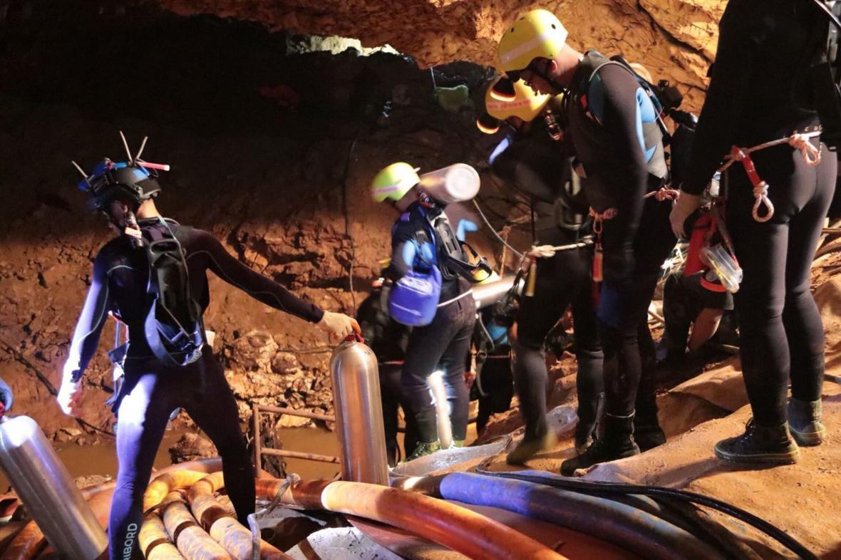 Začala evakuace školáků a trenéra ze zatopené thajské jeskyně