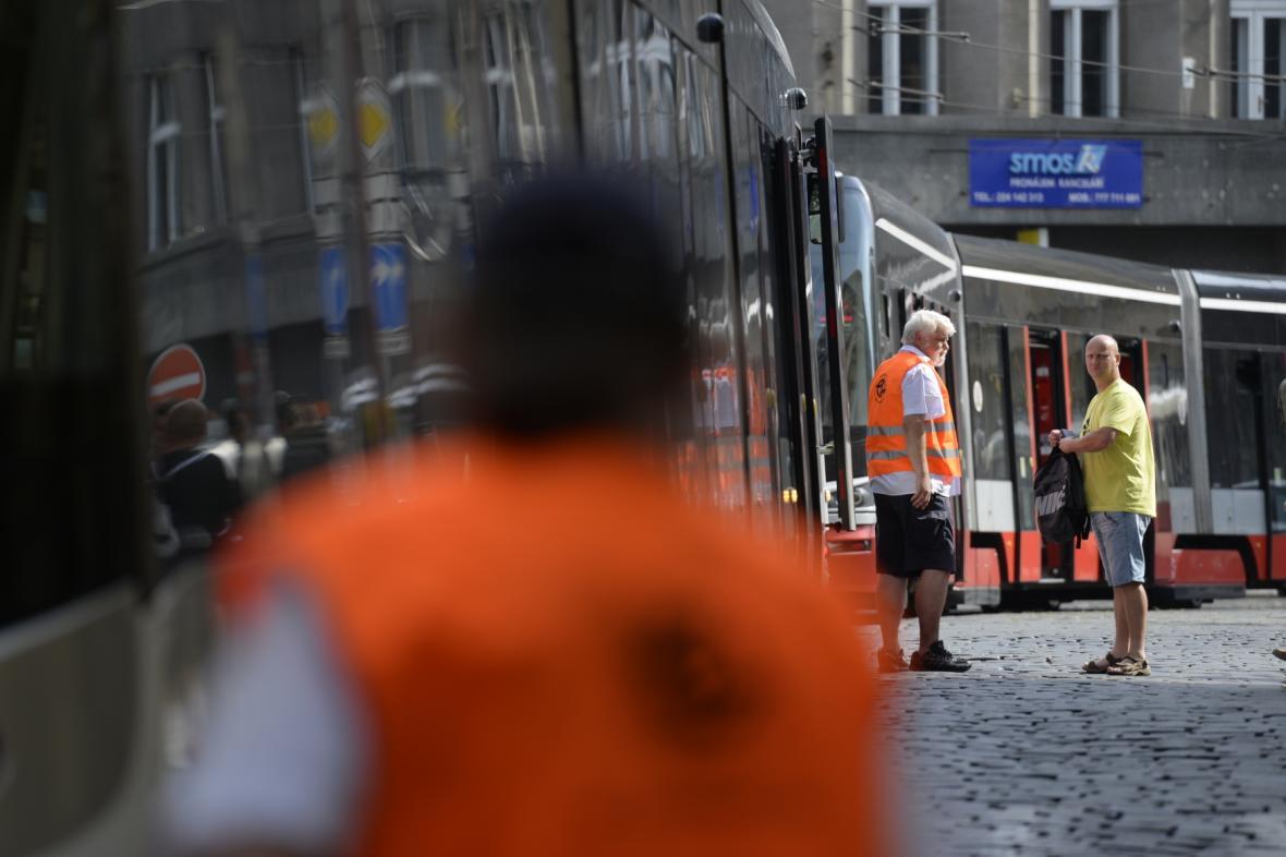 Kvůli kolonám aut se v centru Prahy zastavily i tramvaje