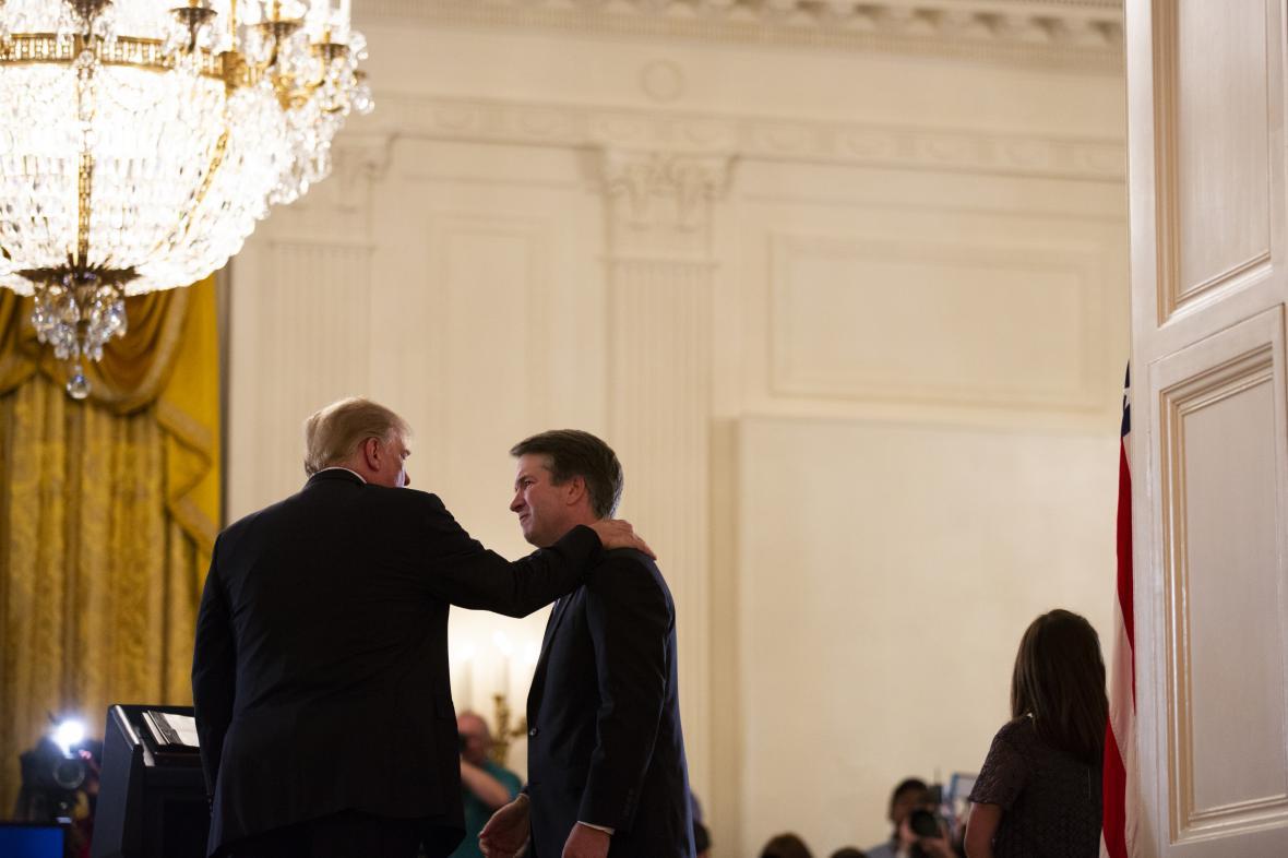 Donald Trump (vlevo) a Brett Kavanaugh