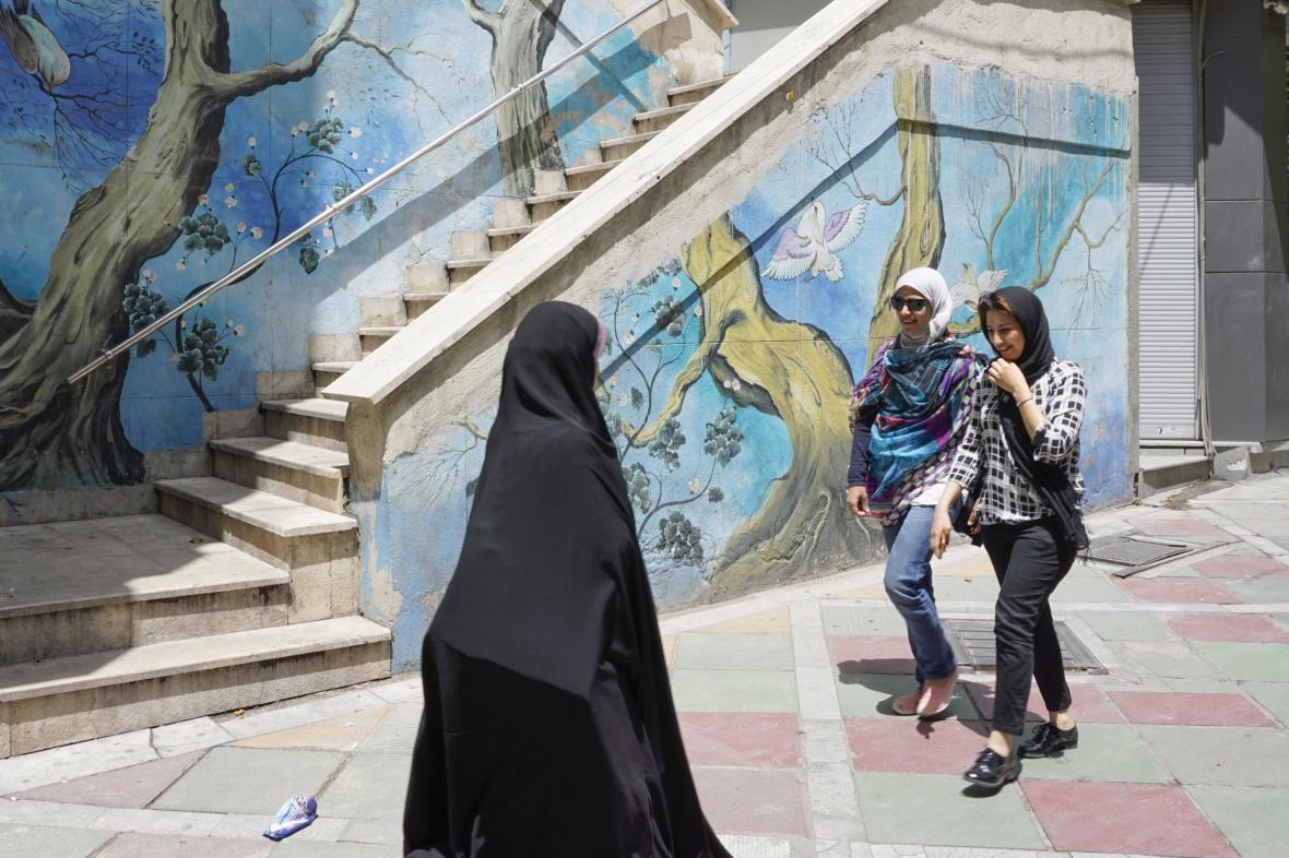 Některé žen se v Íránu zahalují méně, jiné více