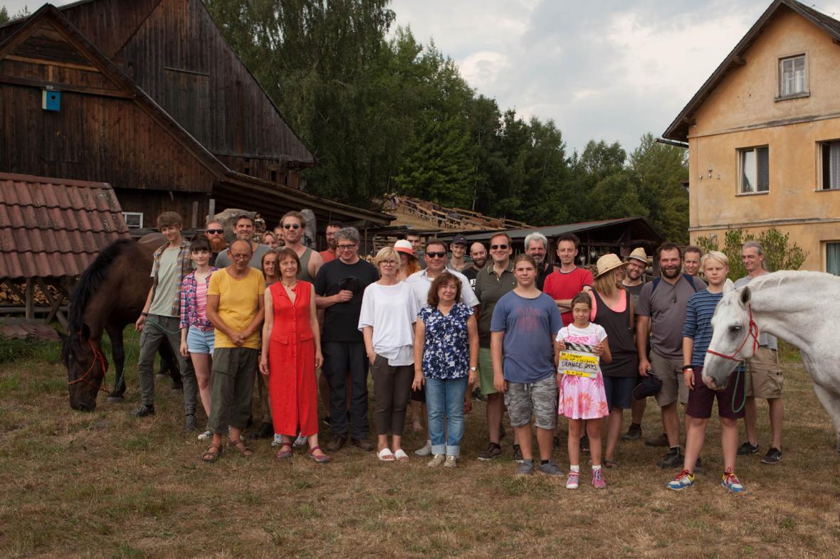 Štáb a herci při natáčení filmu Uzly a pomeranče