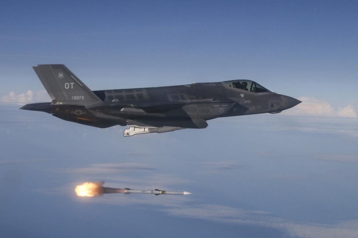 Americký letoun vypustil raketu AMRAAM