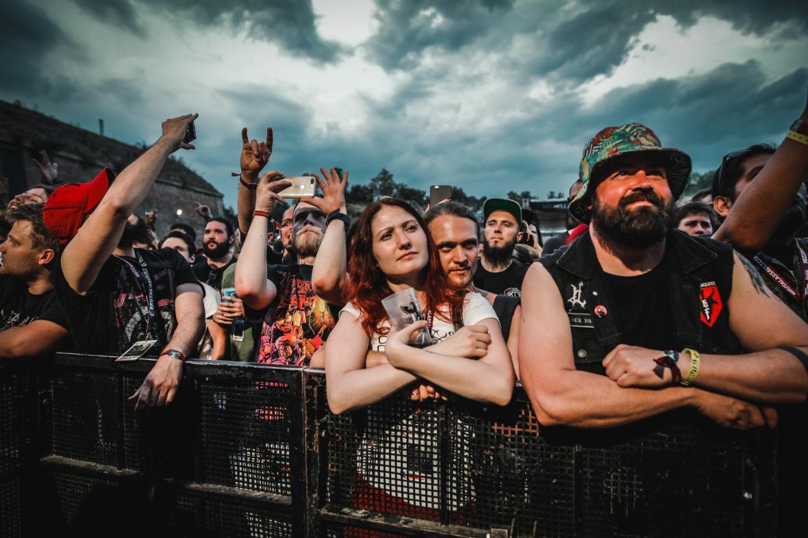 Fanoušci na festivalu Brutal Assault