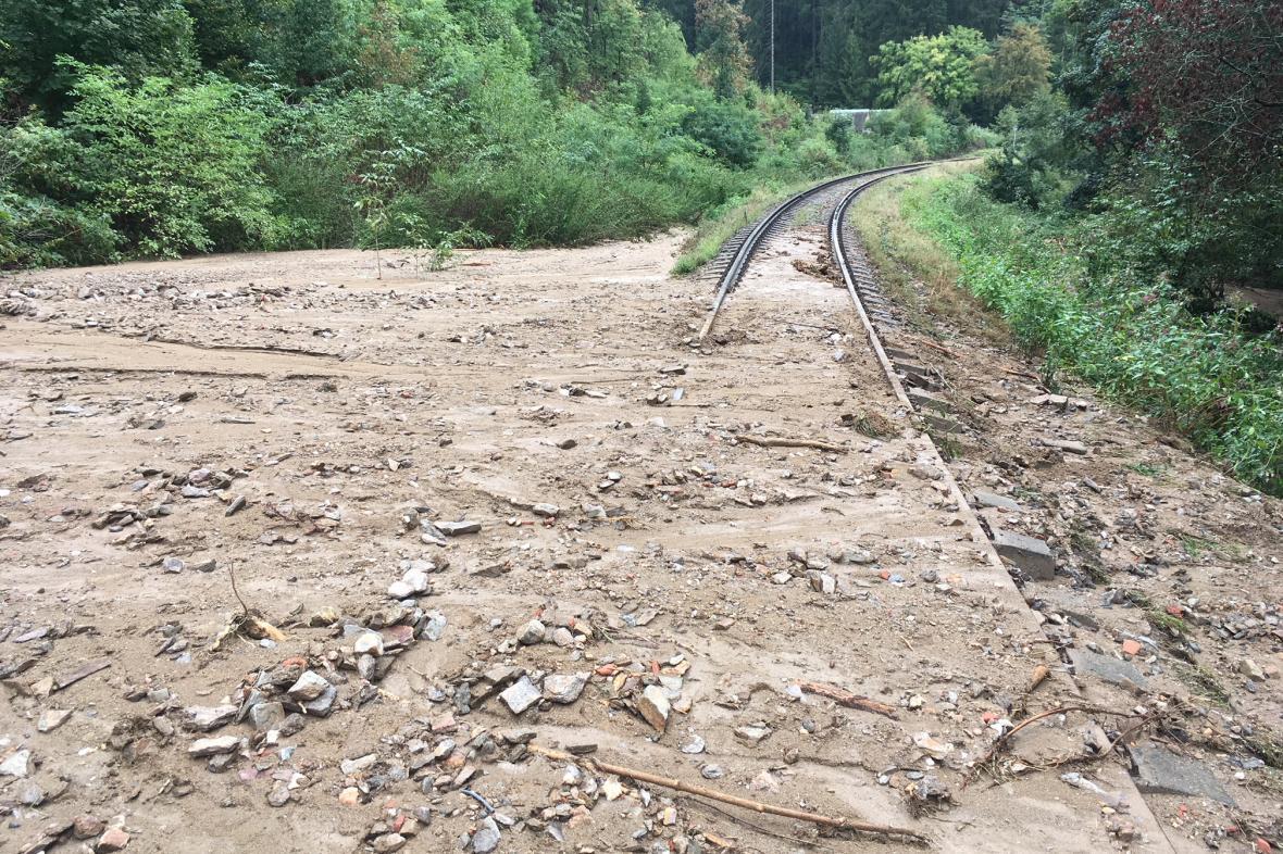 Sesuv půdy poničil železniční trať